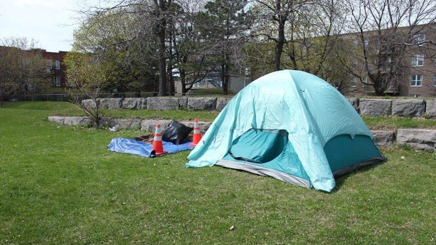 Une première tente érigée le long de la rue Notre-Dame