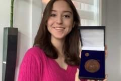 Le lieutenant-gouverneur distingue une élève de l'école Louise-Trichet
