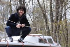 Naviguer sur un voilier pour se souvenir de son ami