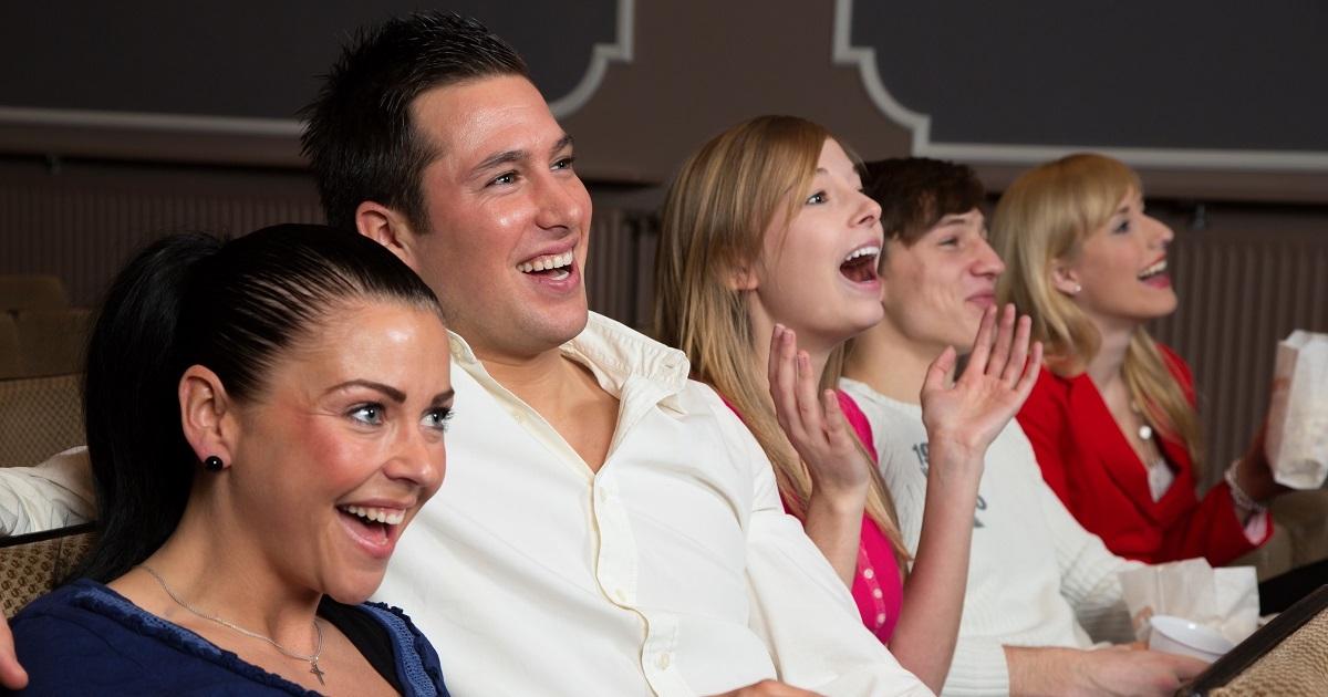 Des gens rigolent dans une salle