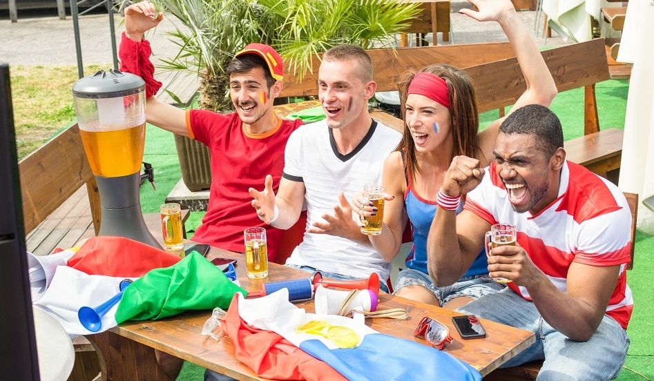 De jeunes fans de soccer assis dans un bar