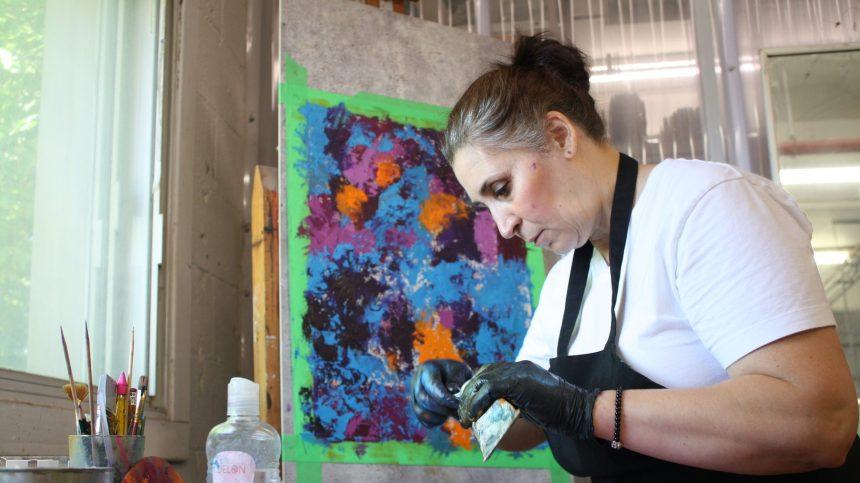 La peinture instinctive et émotionnelle de Sabiha Merabet