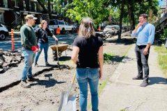 Des citoyens déminéralisent des carrés d'arbre de la rue Ville-Marie