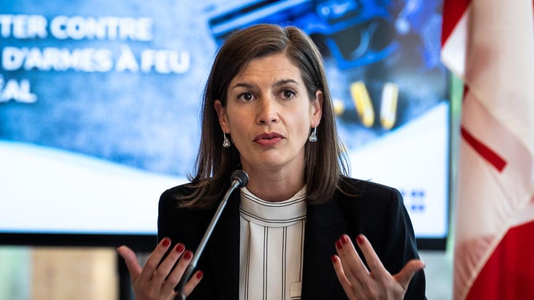La ministre de la sécurité publique, Geneviève Guilbault, lors d'une annonce sur le contrôle des armes à feu.
