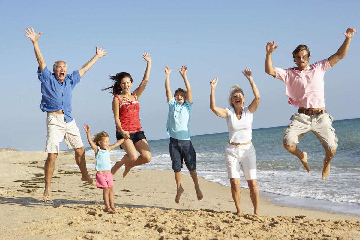 Une famille à la plage.