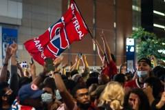 La foule réunie devant le Centre Bell célèbre la victoire des Canadiens