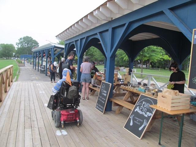 Faire son marché au parc de la Promenade Bellerive