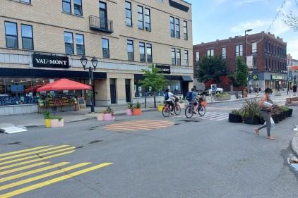 Malgré l'interdiction, les vélos roulent dans la zone piétonne de la rue Ontario