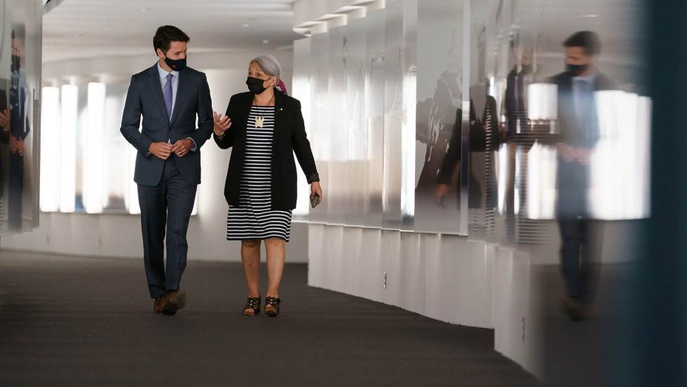 Justin Trudeau, premier ministre du Canada, marche dans un couloir avec Mary Simon, gouverneure générale du Canada.