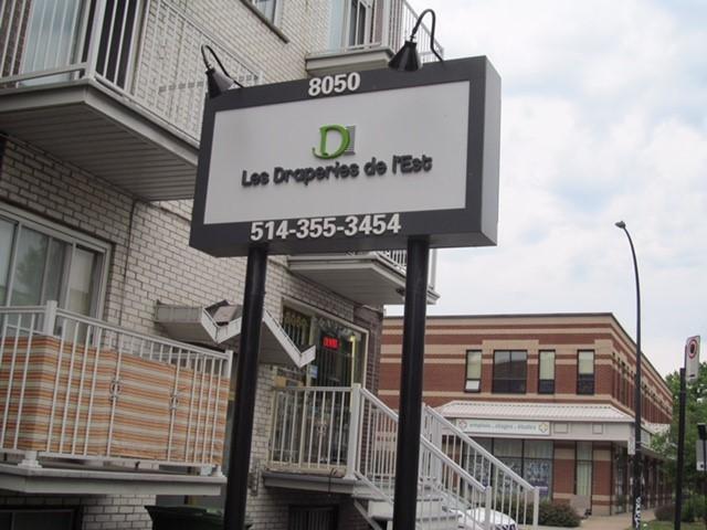 Un panneau du commerce L'entreprise Les Draperies de l'Est sur la rue Hochelaga