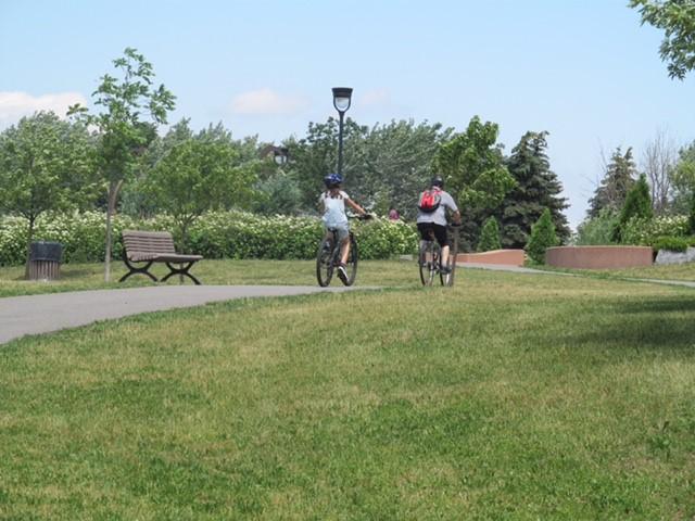 Deux personnes circulent à vélu sur une piste cyclable du parc Félix-Leclerc