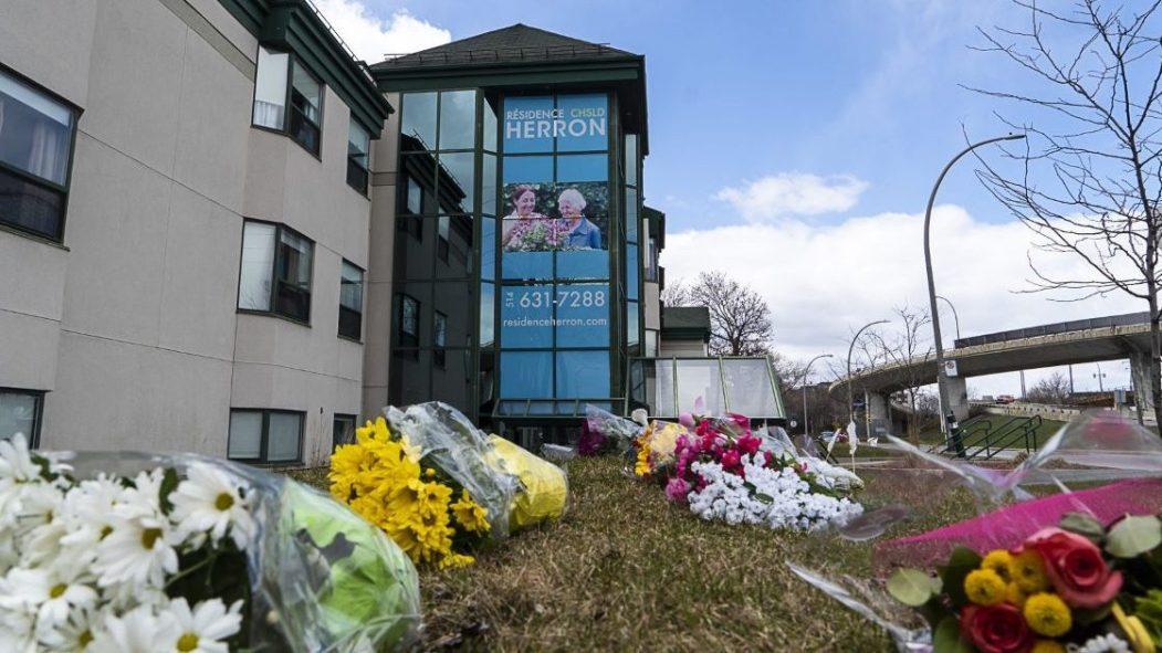Des fleurs déposées devant l'édifice du CHSLD Herron.