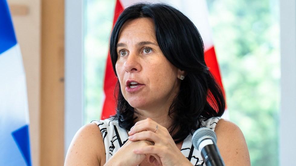 Valérie Plante, mairesse de Montréal, devant un drapeau de la Ville