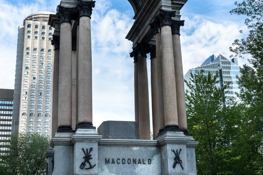 Qu'aimeriez-vous faire du socle vide de la statue de John A. Macdonald?