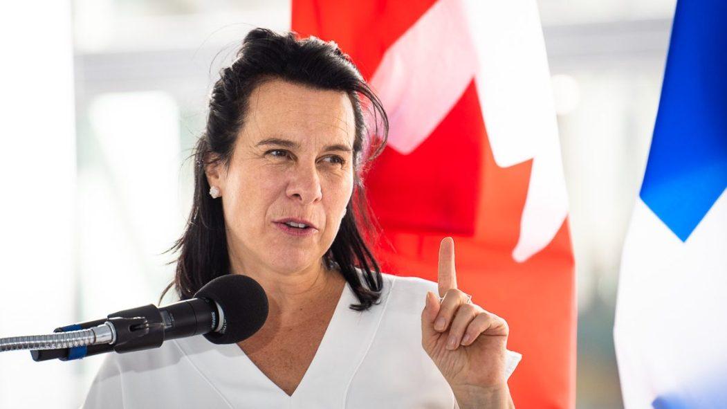 Valérie Plante, mairesse de Montréal, devant un drapeau du Canada