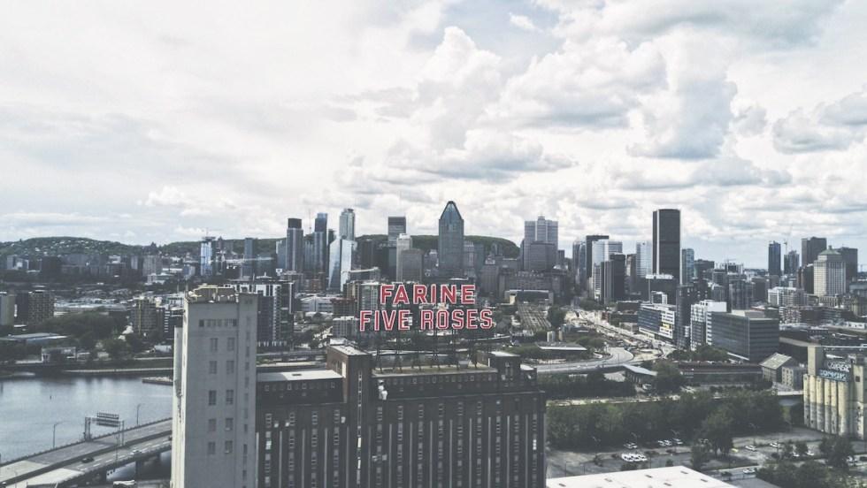 Skyline de Montréal sous un ciel nuageux