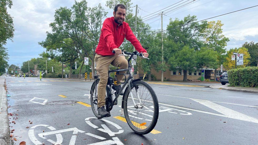 Samuel Milette-Lacombe sur un vélo sur la piste cyclable Sauriol