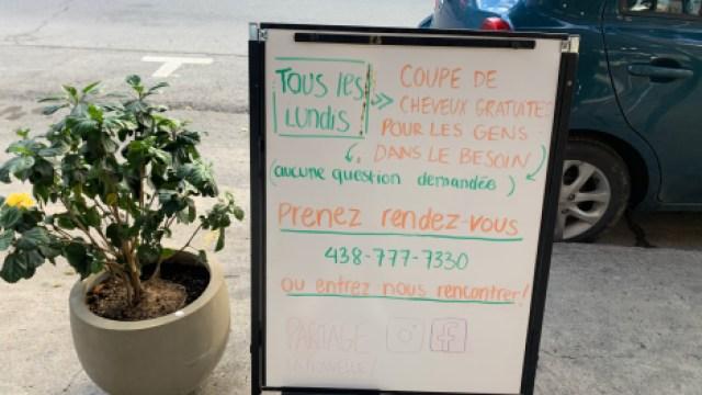 Pancarte devant le salon de coiffure Cam et Roro et la galerie Coups de Pinceaux Coups de Ciseaux