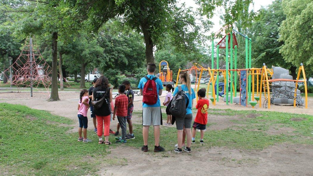 Enfants qui visitent le parc Saint-Simon-Apôtre
