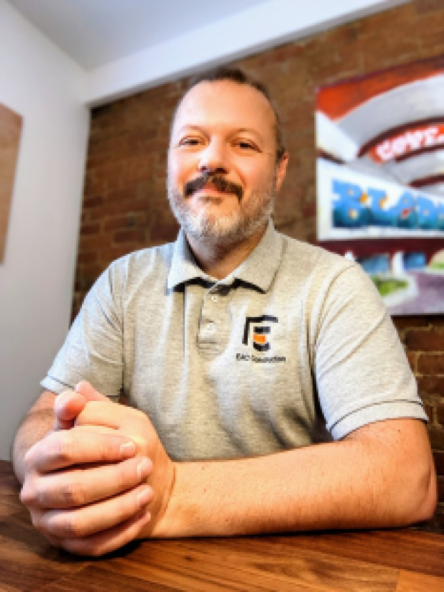 Nicolas Wegel, propriétaire de la première entreprise de construction ouvertement pro-LGBTQ+ au Canada.