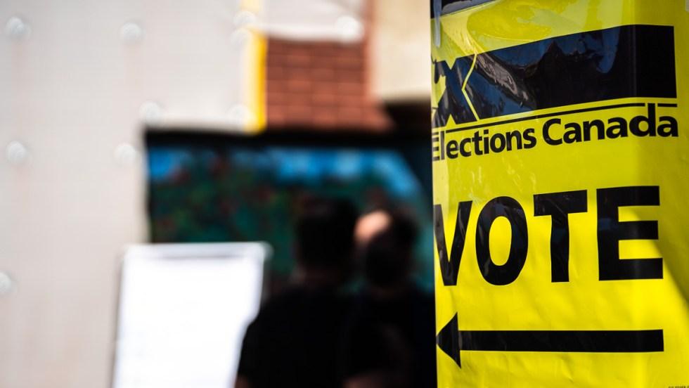 Une affiche jaune indiquant le lieu d'un bureau de vote pour les élections fédérales 2021.