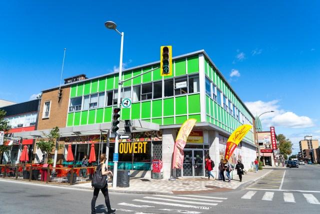 L'entrée colorée de l'épicerie Sabor Latino, sur la Plaza Saint-Hubert.