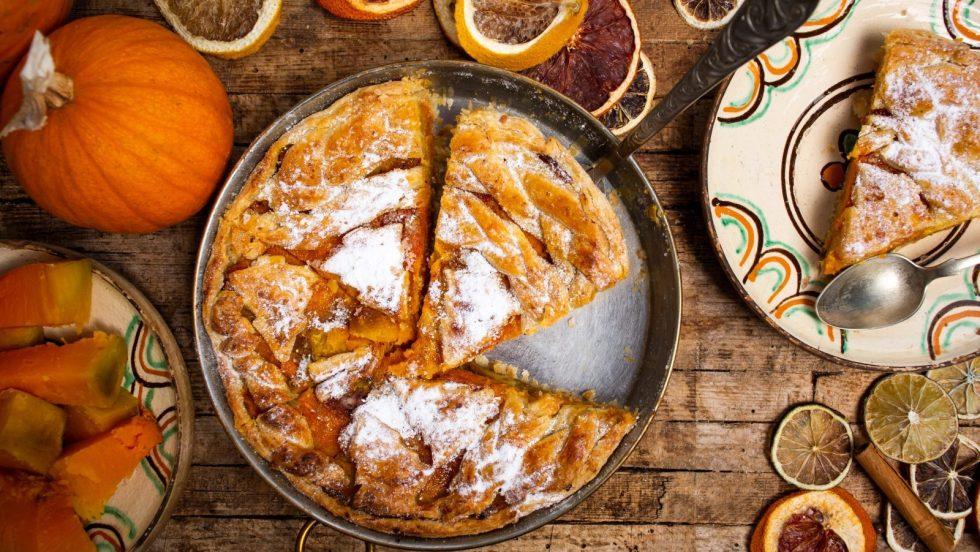 Une tarte à la citrouille avec des quartiers d'oranges séchés.