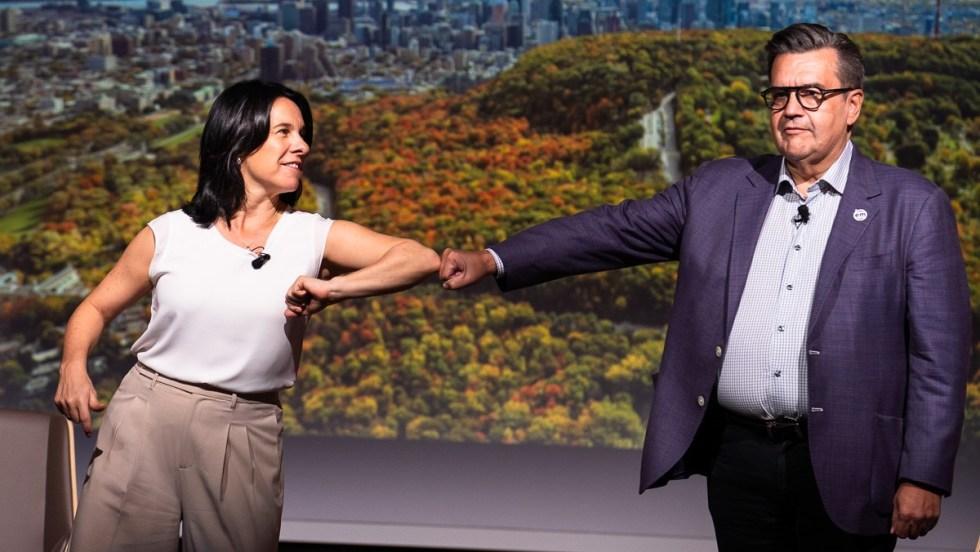 Valérie Plante offre son coude à Denis Coderre, qui offre plutôt son poing, lors d'un débat sur le tourisme tenu en marge des élections municipales 2021 pendant la pandémie de COVID-19.