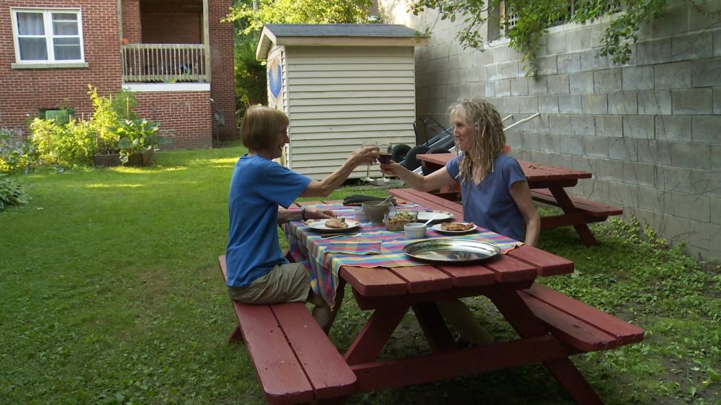 Ève Lamont et sa mère, Rachel, à la coopérative d'habitation.