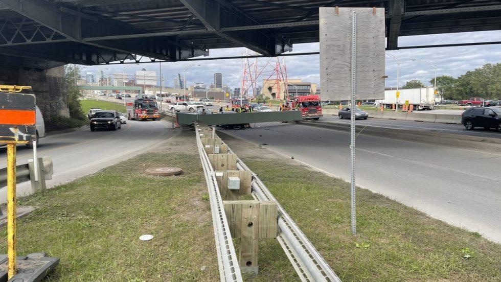 Un camion a heurté un gabarit de hauteur maximal du pont Victoria.