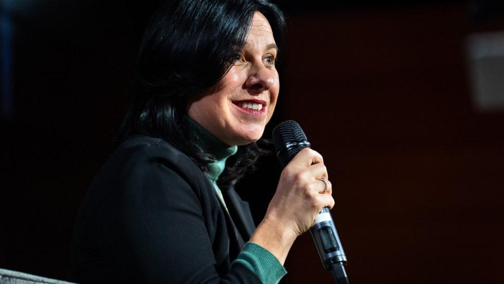 Valérie Plante, mairiesse de Montréal tient un microphone dans le cadre d'un débat portant sur la culture