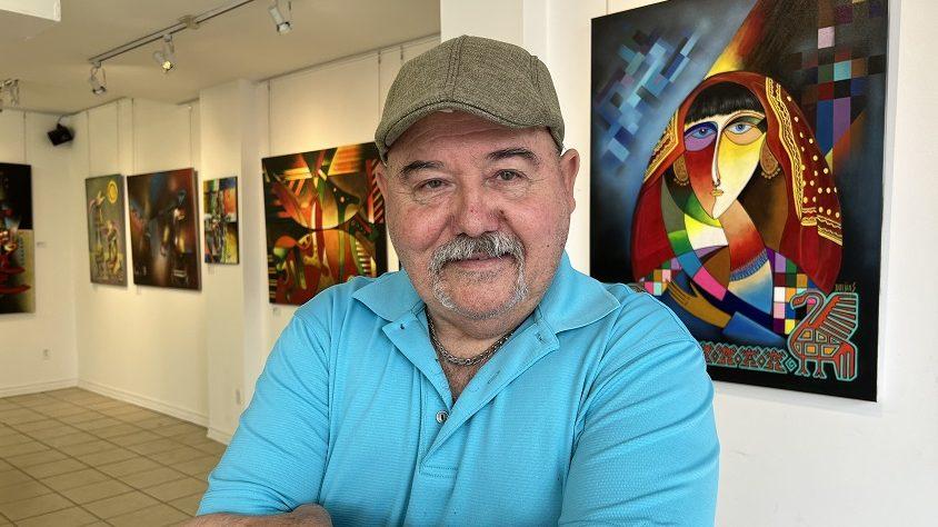 Jorge A. Dueñas devant ses oeuvres