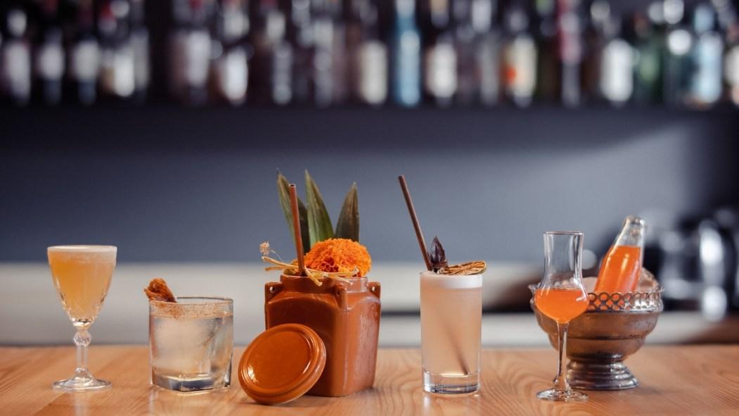 Des cocktails sur un comptoir de bar.