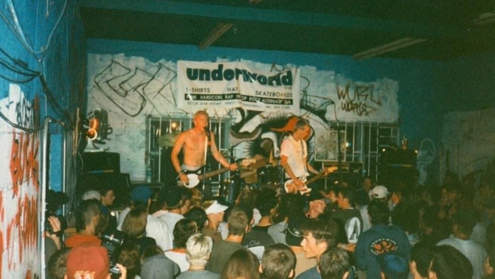 Le groupe de musique punk Blink-182 en concert à la boutique Underworld dans les années 1990.