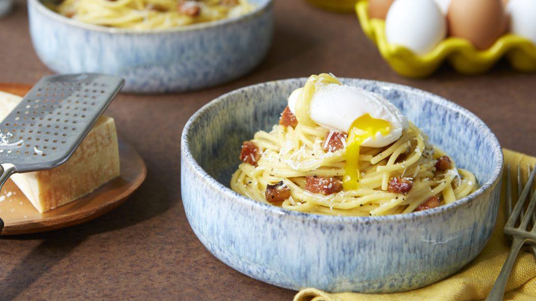 Spaghetti carbonara avec œuf poché par le chef Josh Gal