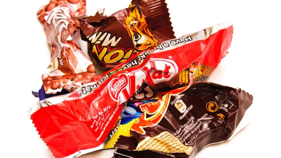 Des déchets de mini barres chocolatées.