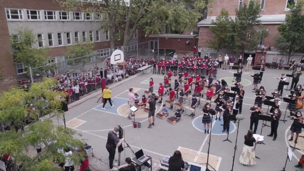 Vue aérienne de l'évènement d'une chanson à l'école à l'école Saint-Joseph
